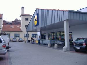 L'esterno di Lidl viale Bezzi a Milano, uno dei più grandi del retailer tedesco in Itlaia