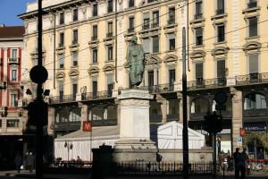 La statua del poeta Giuseppe Parini (poco conosciuta anche dai milanesi) è l'unico landmark interessante di Piazza Cordusio