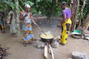 fase delle preparazione, mescolatura tra potassio ottenuto dalla combustione dei gusci di cabosse e olio di palma