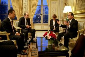 Le President de la Republique François Hollande rencontre M. Wang et M. Mulliez au Palais de l'Elysée.