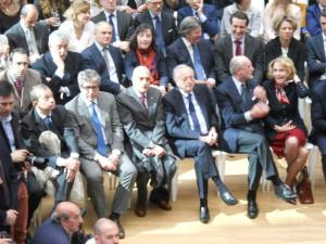 Marco Brunelli seduto in prima fila al centro, a destra dell'ex sindaco di Milano, Gabriele Albertini (mandato 1997-2006)
