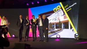 Francesco Ioppi, direttore immobilire di Finiper, e Davide Padoa, Ceo di Design International, sul palco dei Mapic Awards 2016