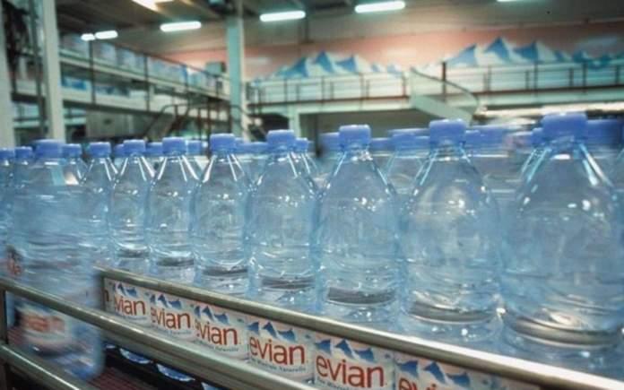 La Commissione Ue: 'Meno bottiglie d'acqua, bere dal rubinetto'