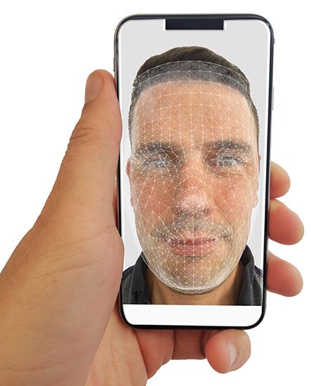 Riconoscimento facciale con lo smartphone: il volto di chi guarda il cellulare viene scansito con il software che riconosce il volto