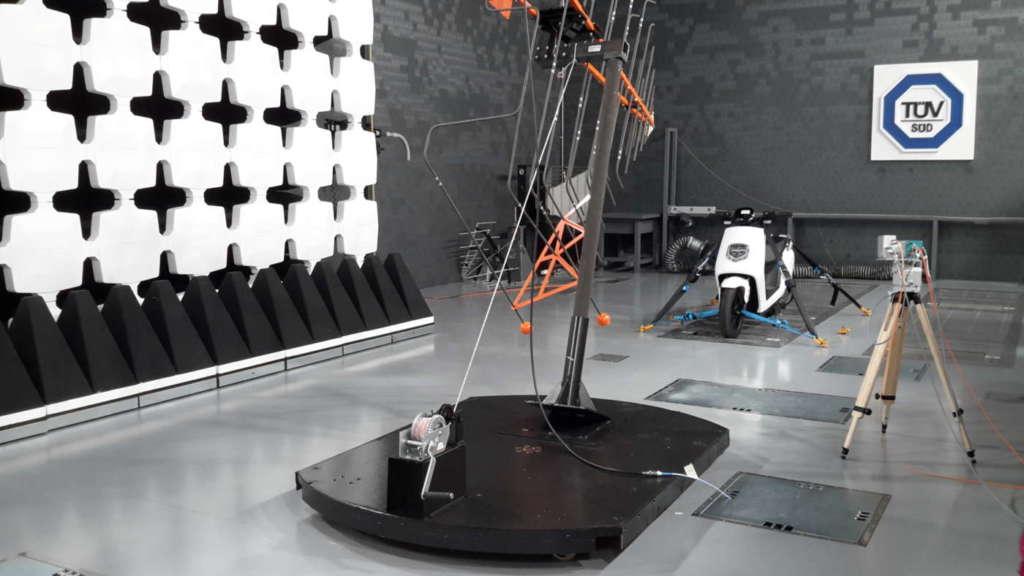 Camera semi anecoica per i test di emissione elettromagnetica, nel laboratorio Bytest - TÜV Italia